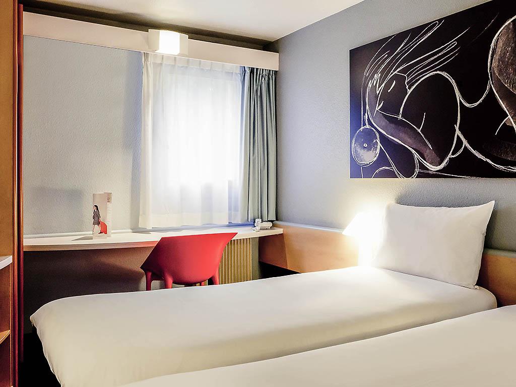 lit 1 place et demi tte de lit en rotin lit place rotin. Black Bedroom Furniture Sets. Home Design Ideas