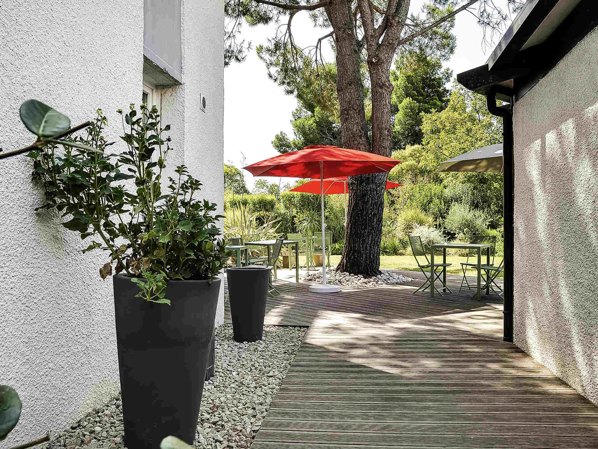 Hotel di ibis salon de provence sud ibis salon de for Ibis hotel salon de provence