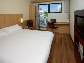 hotel pas cher chasseneuil du poitou ibis site du futuroscope. Black Bedroom Furniture Sets. Home Design Ideas