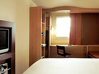 hotel pas cher saint quentin ibis saint quentin basilique. Black Bedroom Furniture Sets. Home Design Ideas