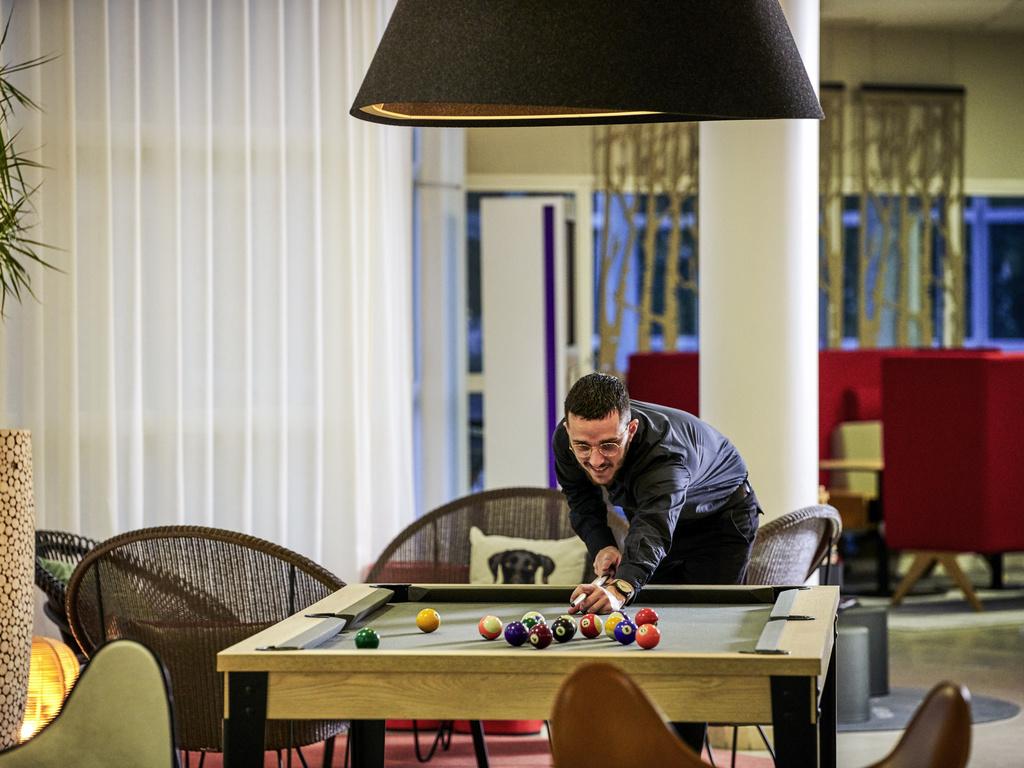 Hotel saint pierre du perray novotel s nart golf de for Piscine carre senart