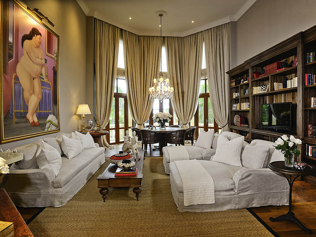 Fernando Botero Presidential Suite King Size Bed 17th Century Monument Vip Treatment Butler
