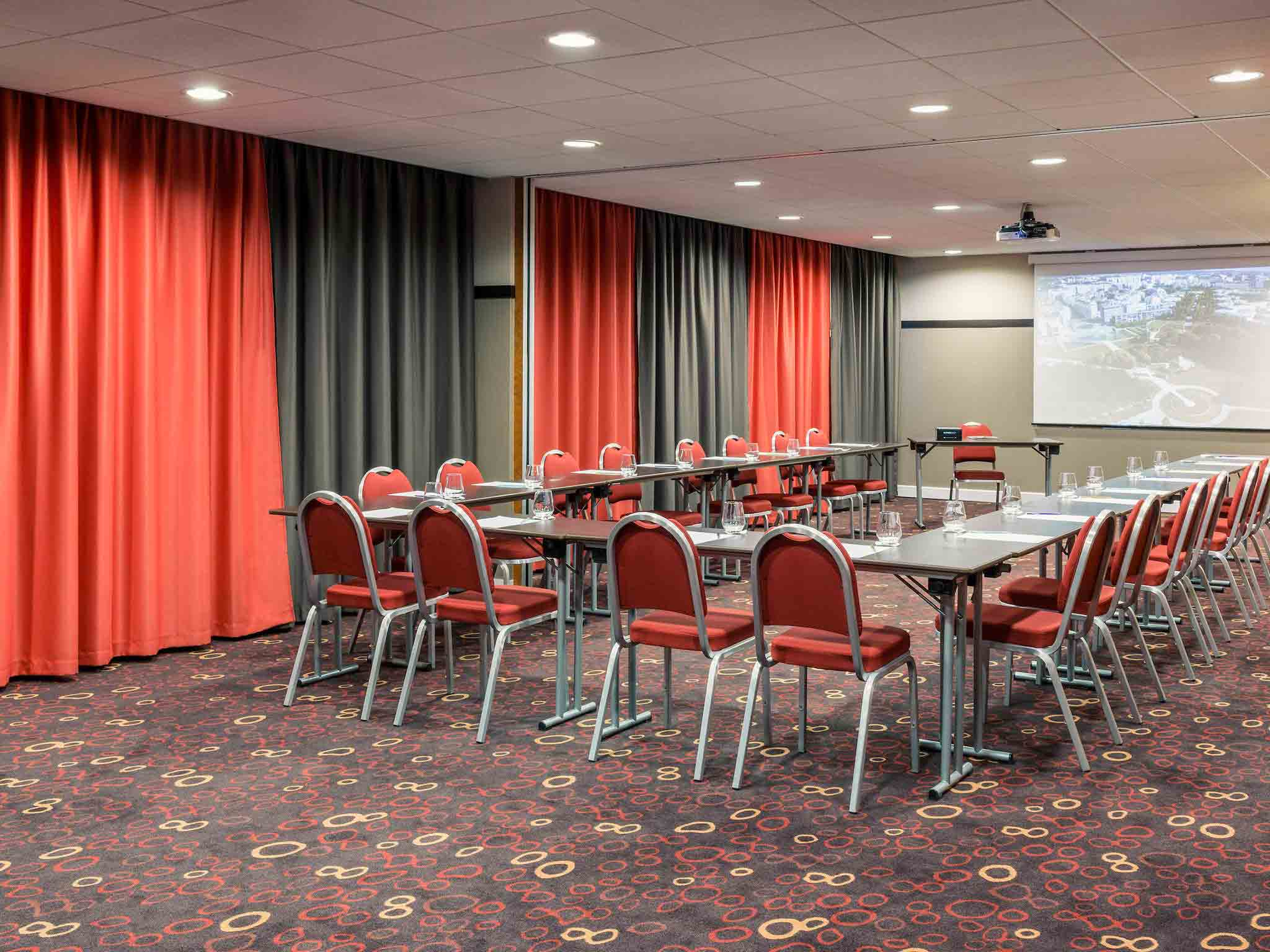 Hotel in montigny le bretonneux mercure saint quentin en for Yvelines actives