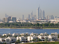 Gaze upon Dubai Creek, anda championship golf course