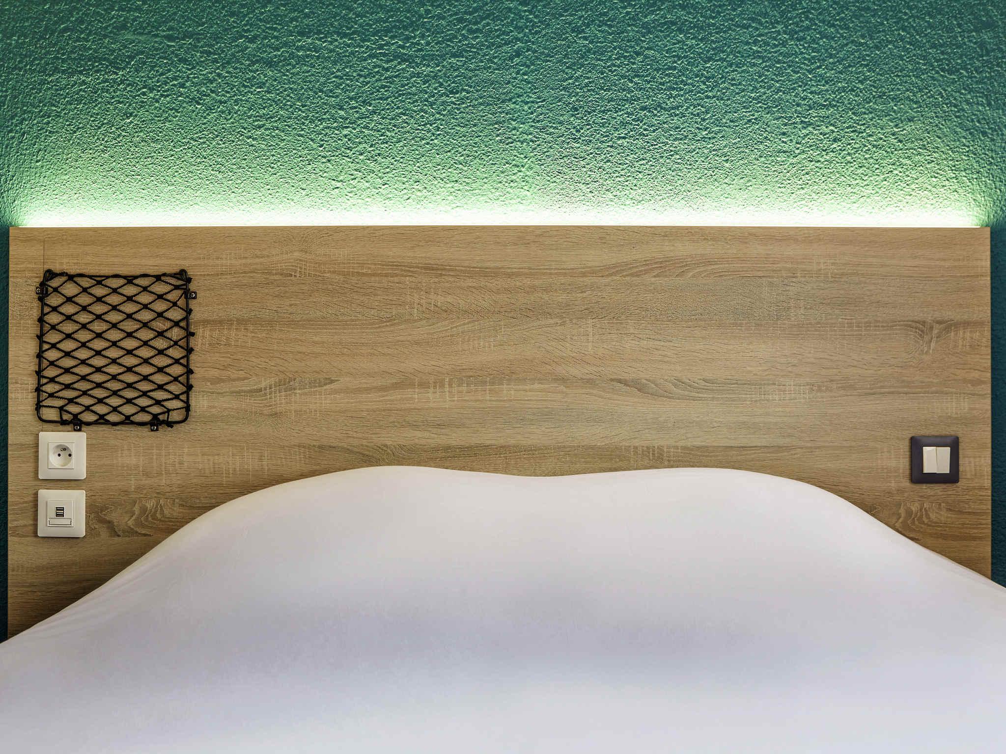 Отель — hotelF1 Orange Centre Échangeur A7 A9