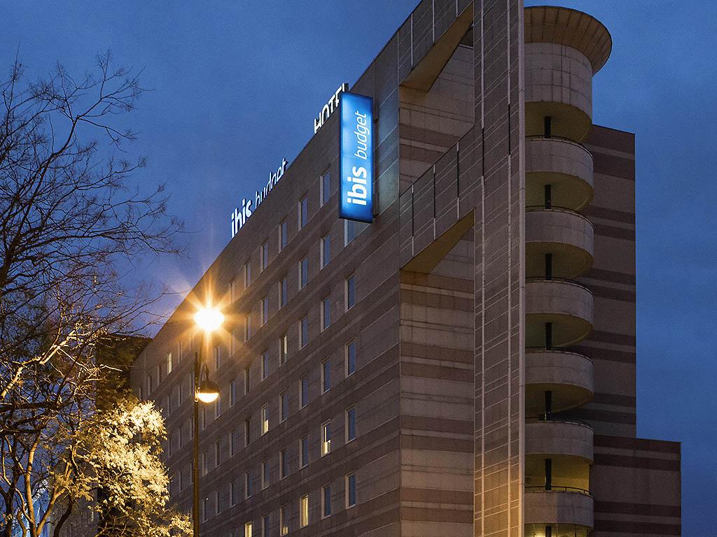 Cheap hotel PARIS - ibis budget Paris Porte de Montmartre