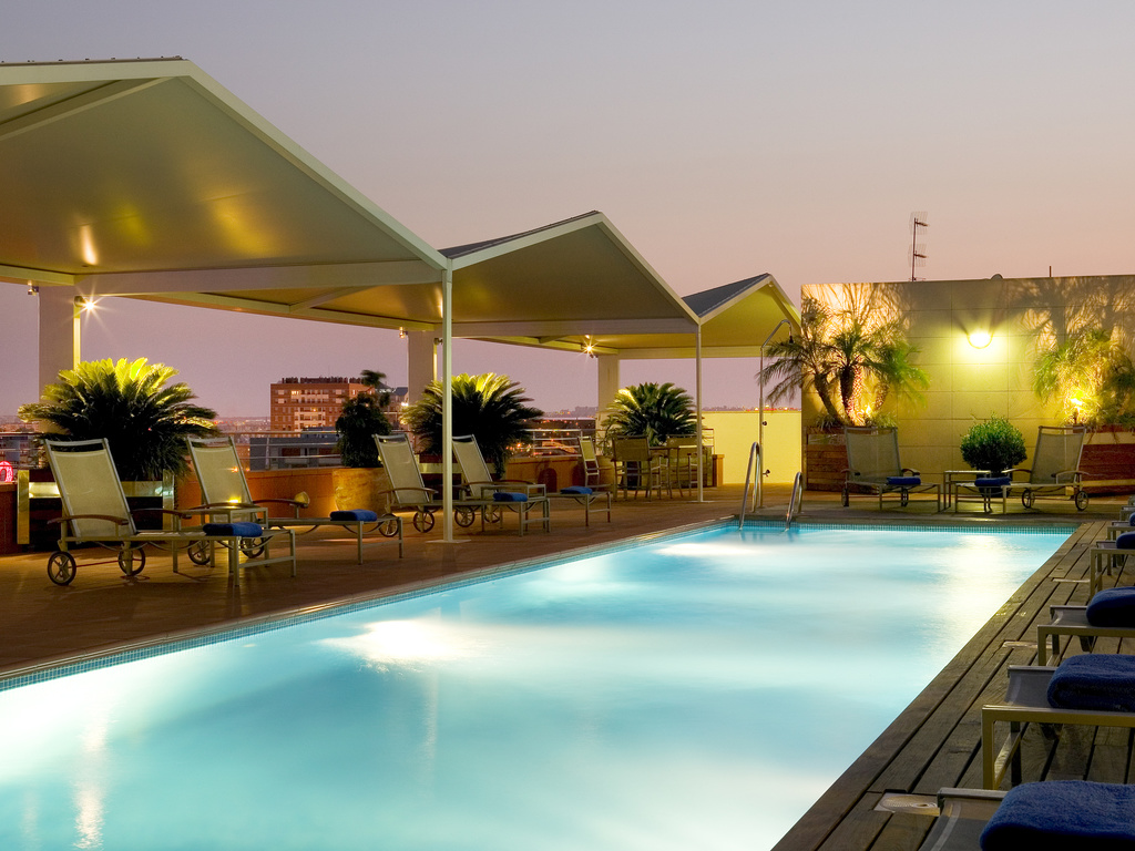 Hotel seville novotel sevilla for Piscine sevilla
