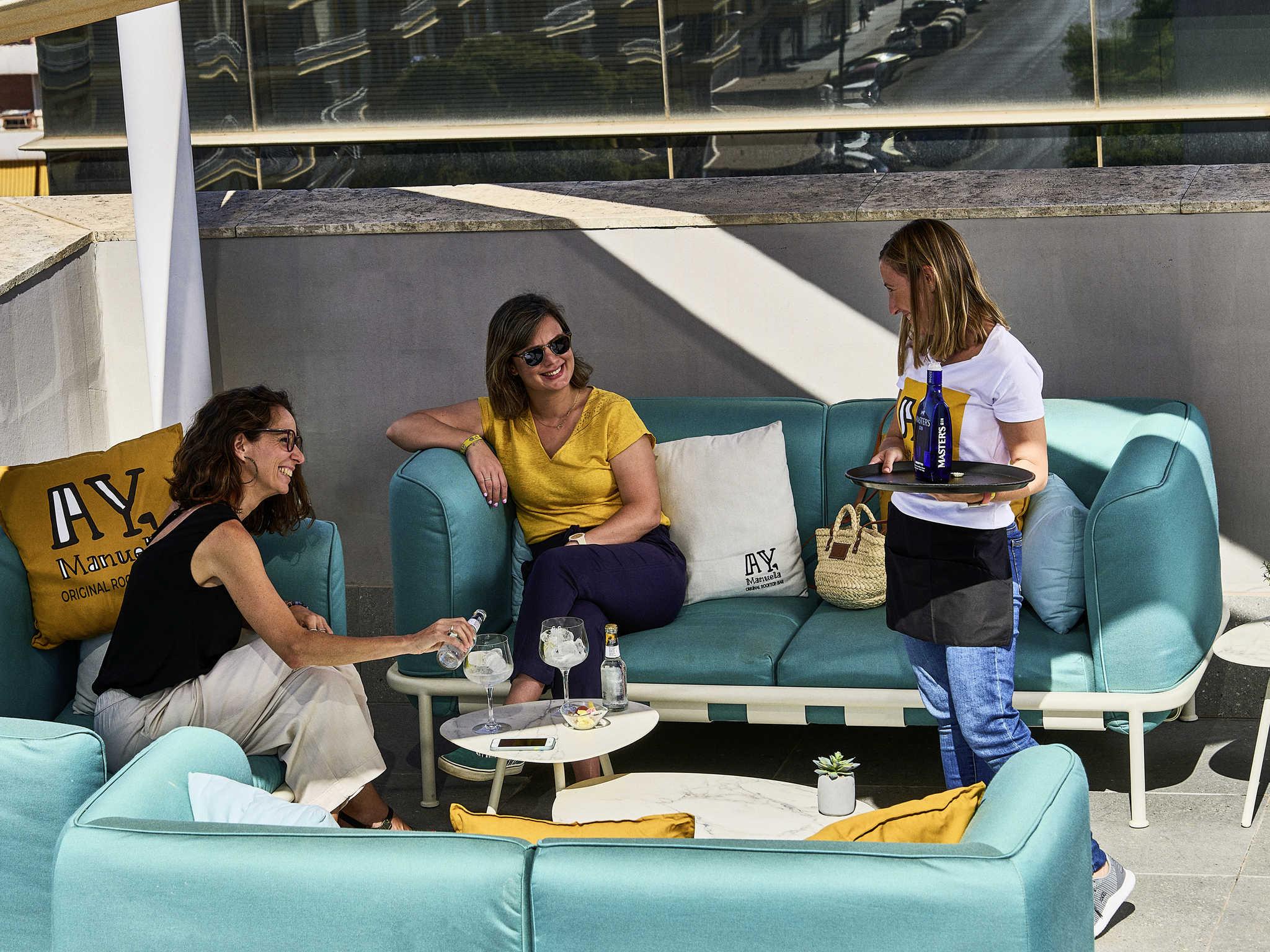 Novotel sevilla hoteles en sevilla accorhotrvion con for Hoteles baratos en sevilla con piscina