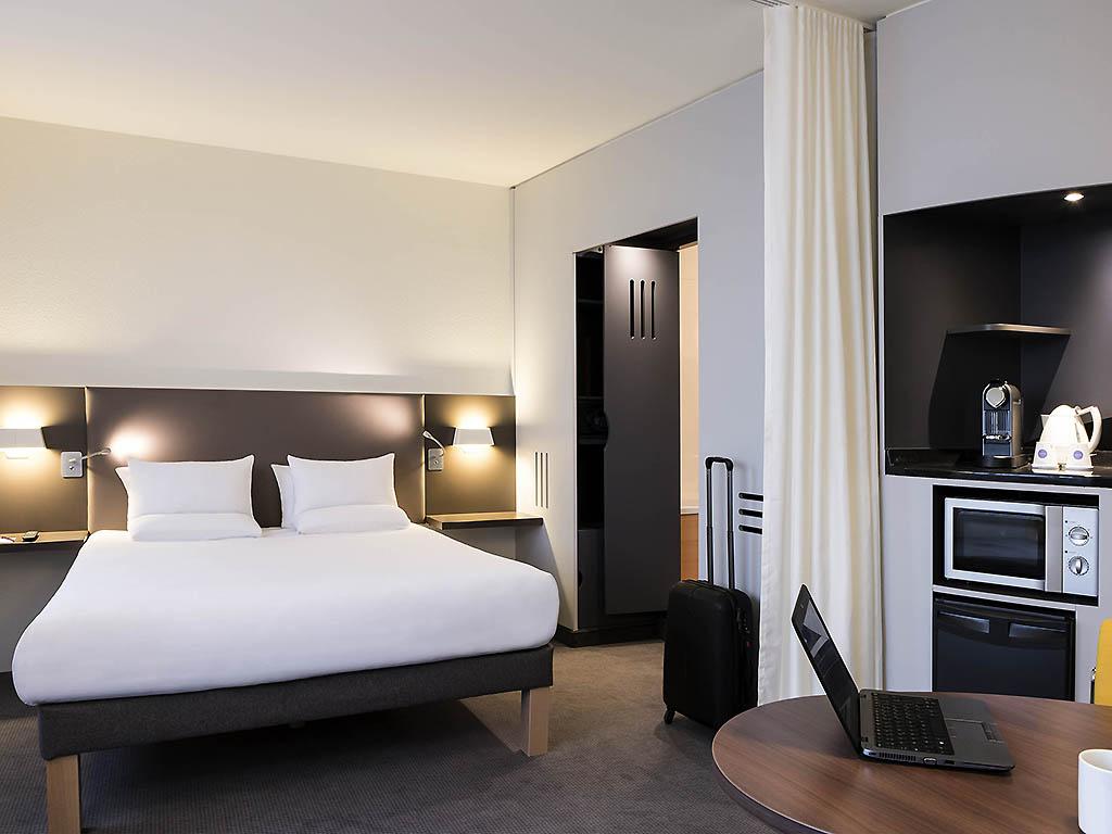 Imagens de #796049 Suíte Superior com cama queen size e sofá conversível em cama para  1024x768 px 3666 Banheiros Separados Casal