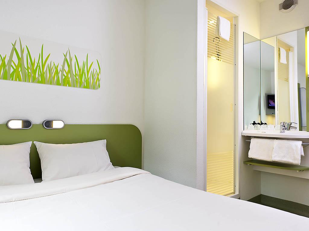double chambre avec un grand lit pour 2 personnes chambre avec 1 grand