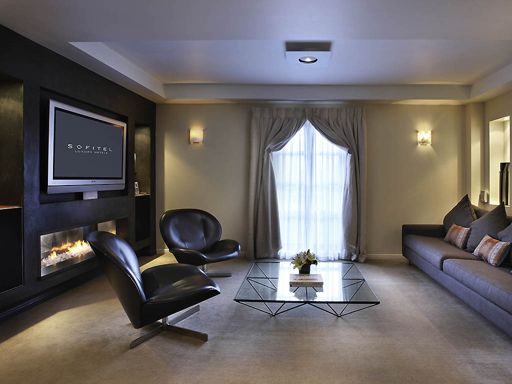 PENTHOUSE NO 5, 1 King Size Bed, Separate Living Room, Large Patio, Outdoor  Jacuzzi, Lake View