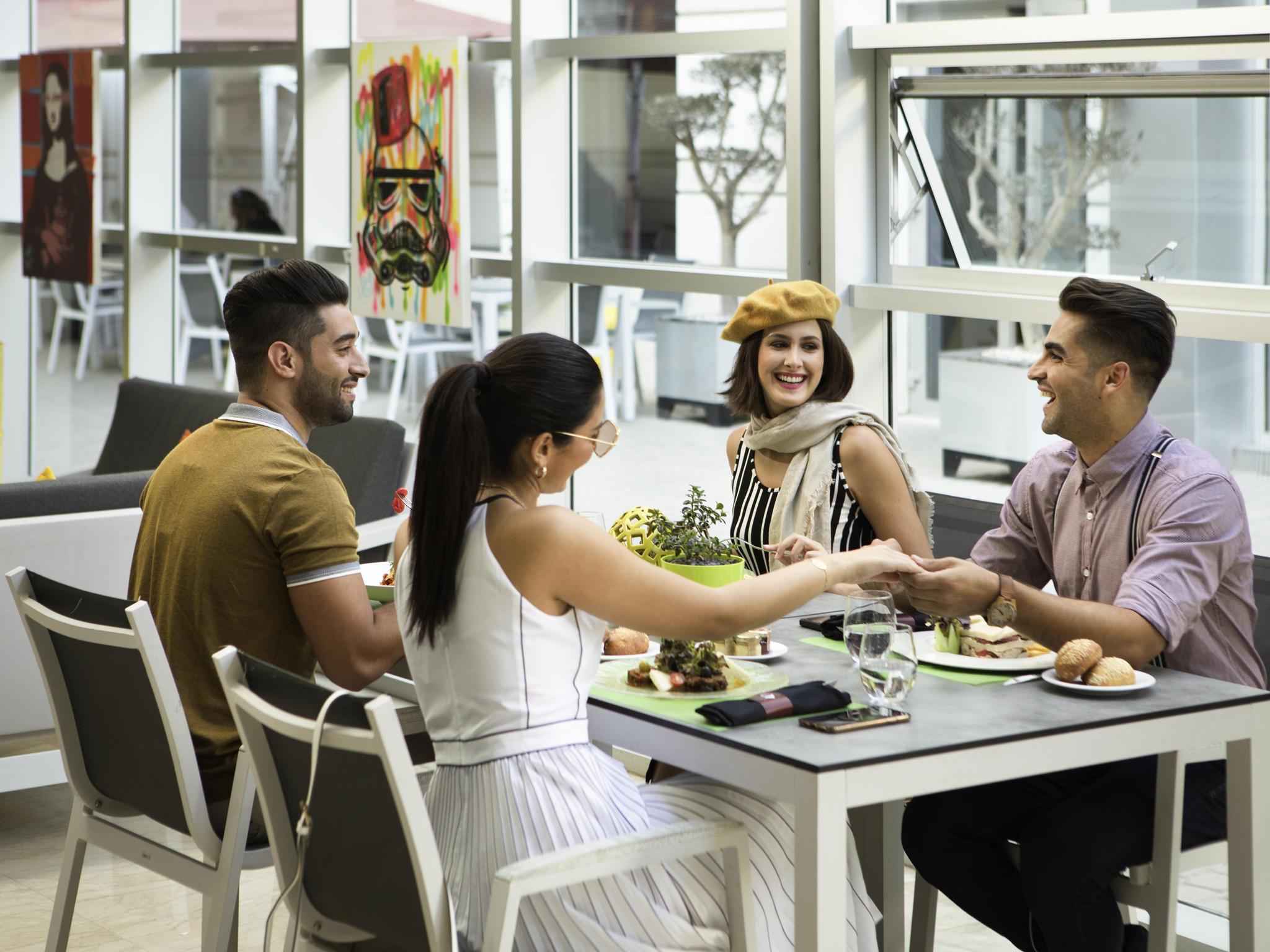 Internet ad alta velocità gratuito (WiFi) Data del soggiorno: novem Prenota Hotel YIT Casablanca, Granada su TripAdvisor: consulta le recensioni.