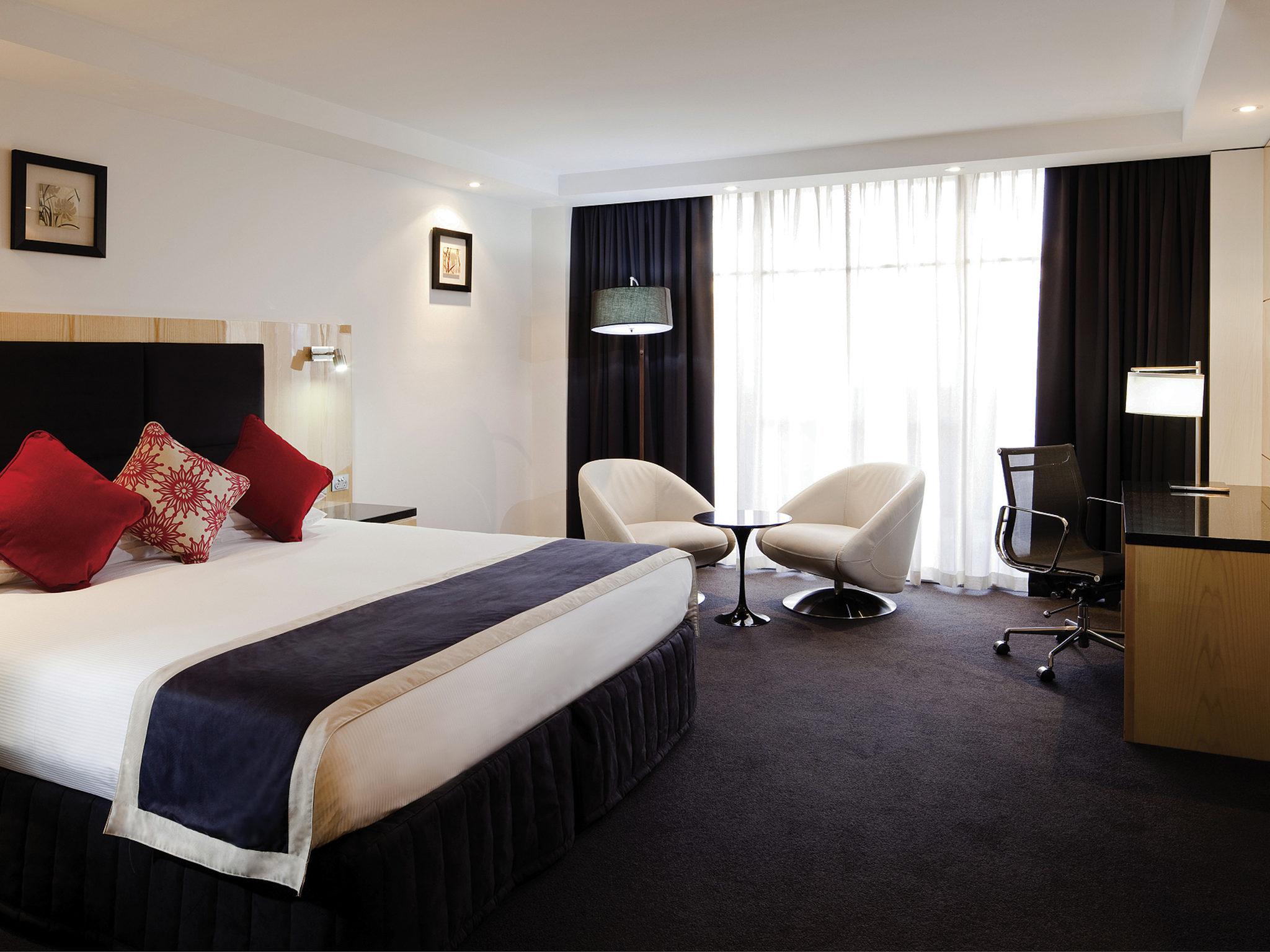 호텔 – Adelaide Rockford