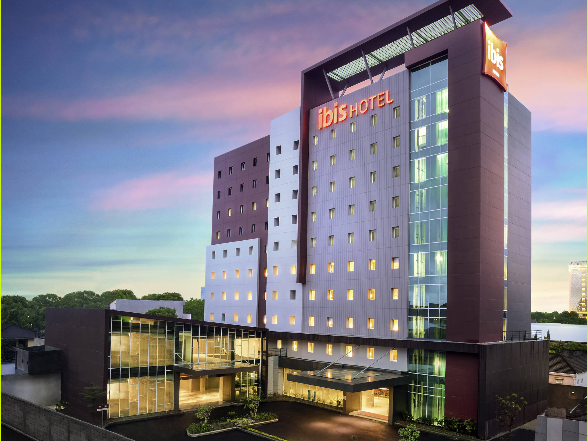 Отель — ibis Makassar City Center