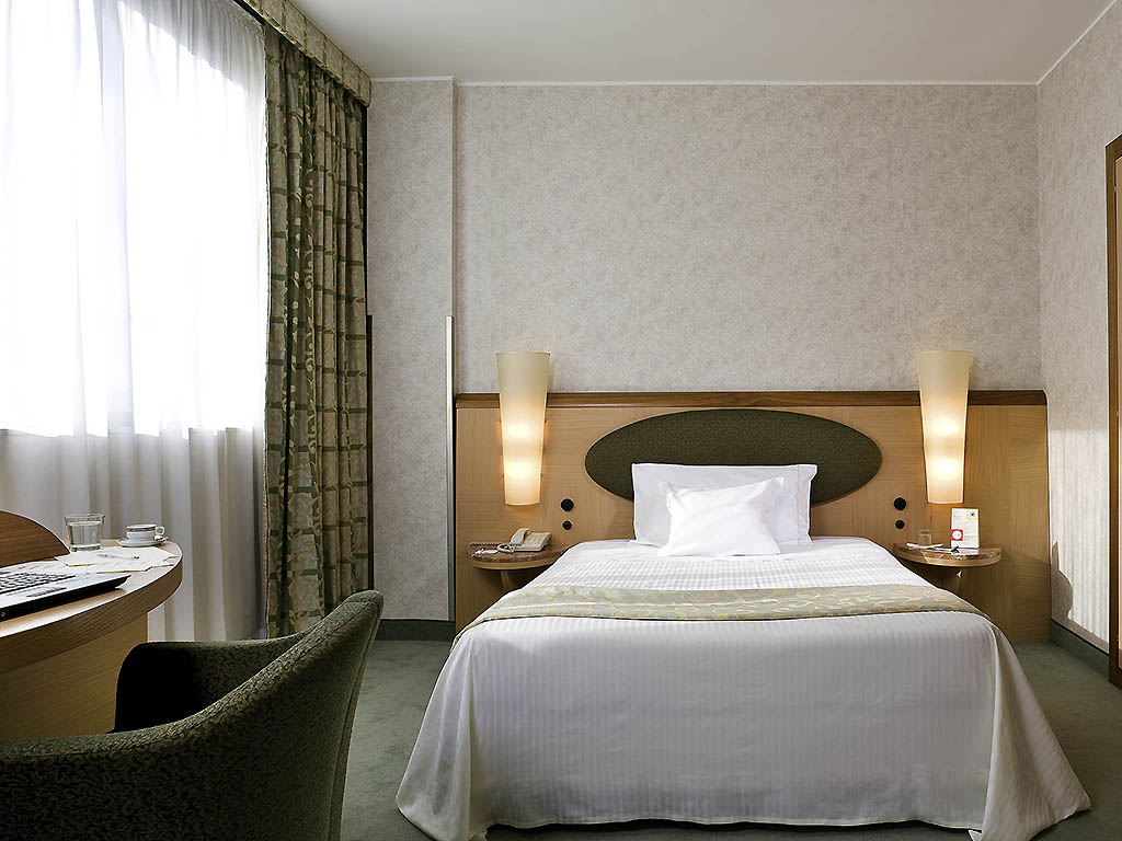 Hotel mercure rome ouest for Chambre queen size