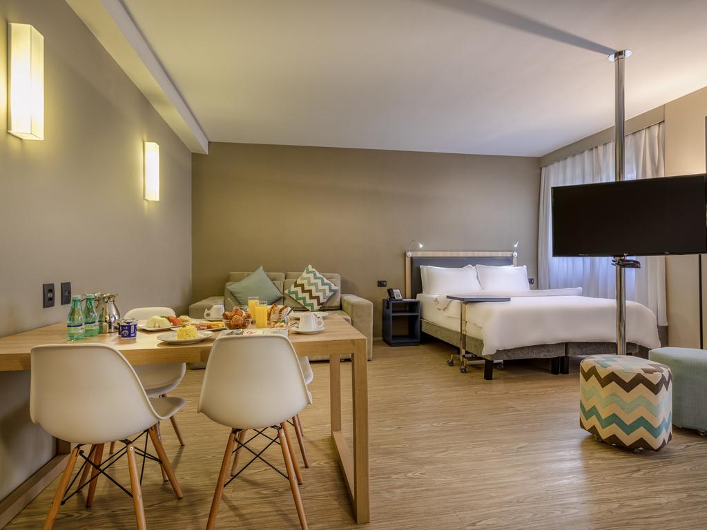 Suíte executiva com cama de casal e sofá cama para até 04 pessoas