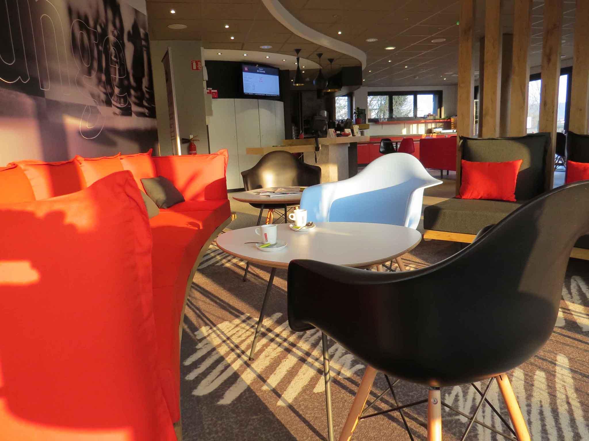 cora soisson latest valentin a pos une question cora soissons with cora soisson soissons with. Black Bedroom Furniture Sets. Home Design Ideas