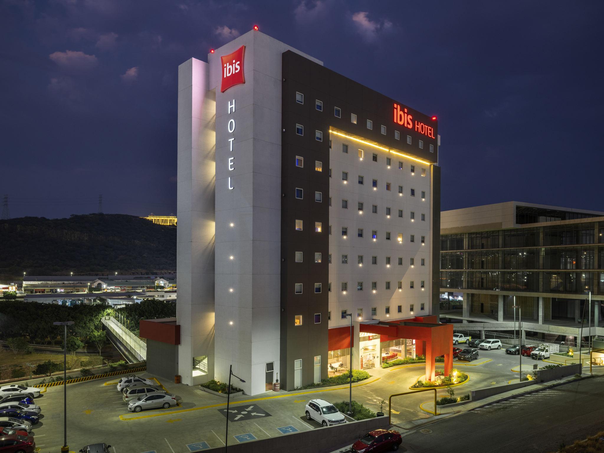 vista del lobby del hotel Ibis Querétaro