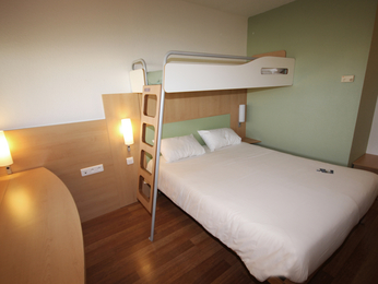 hotel pas cher chasseneuil du poitou ibis budget site du futuroscope. Black Bedroom Furniture Sets. Home Design Ideas