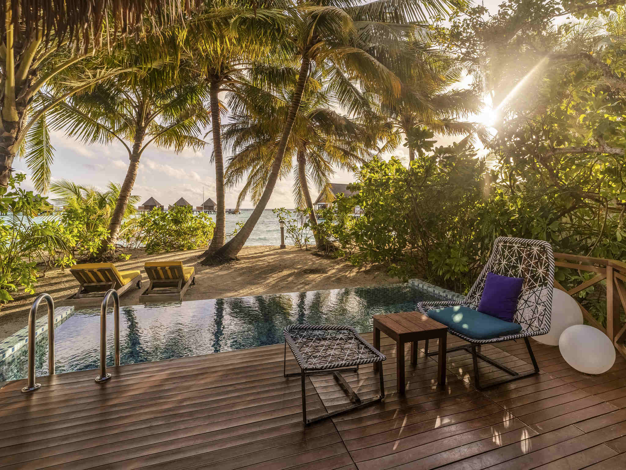 Отель — Mercure Maldives Kooddoo Resort