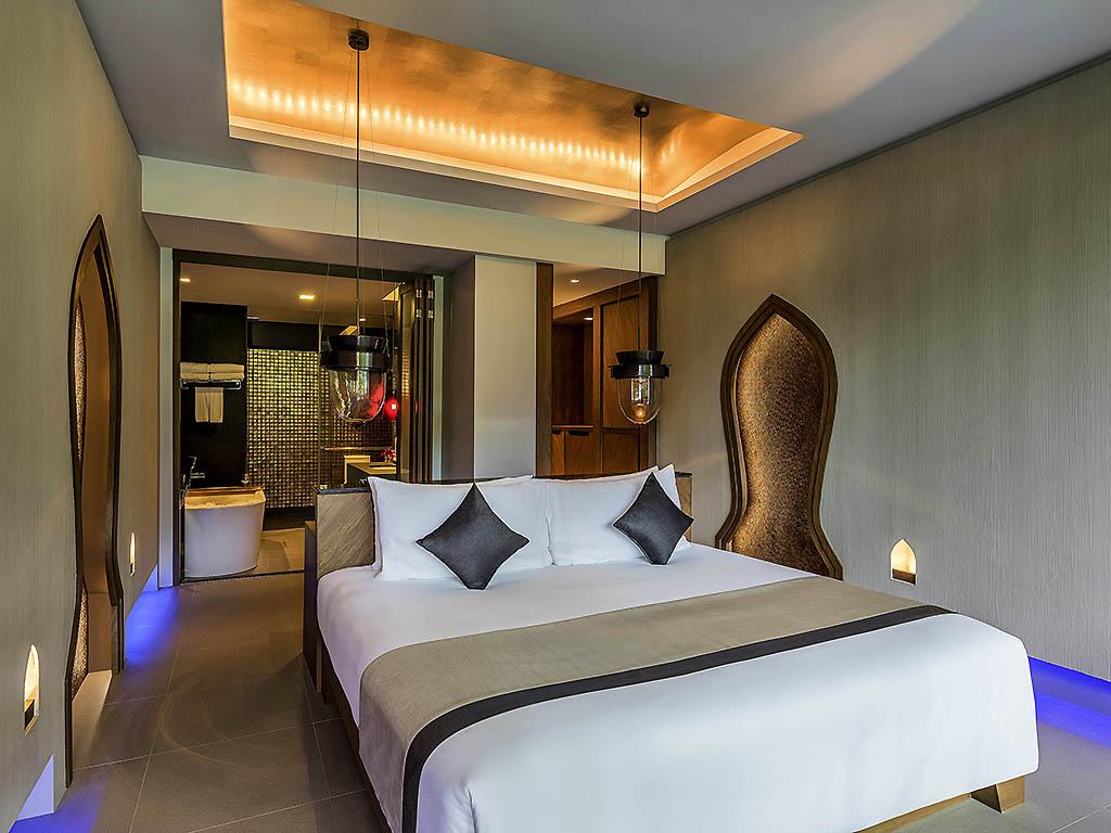 配备按摩浴缸的套房,设有 1 张特大床,洋溢着热带风情