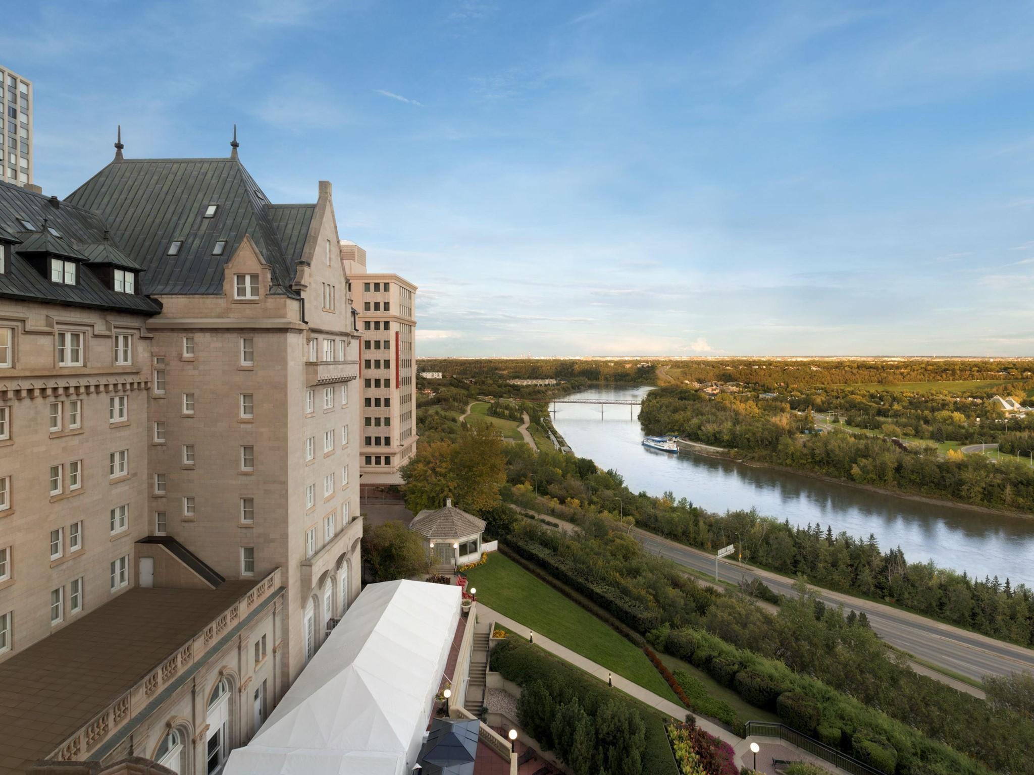 โรงแรม – Fairmont Hotel Macdonald