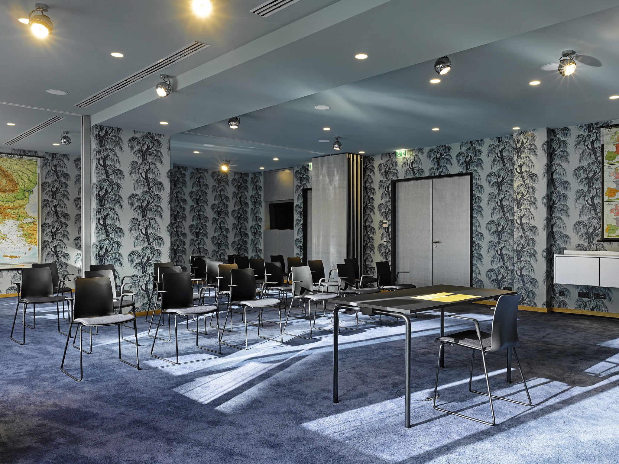 hotel in frankfurt 25hours hotel frankfurt by levi 39 s. Black Bedroom Furniture Sets. Home Design Ideas